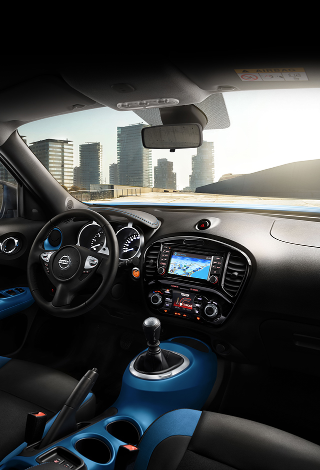2018 Nissan JUKE interior view with blue personalisation trim